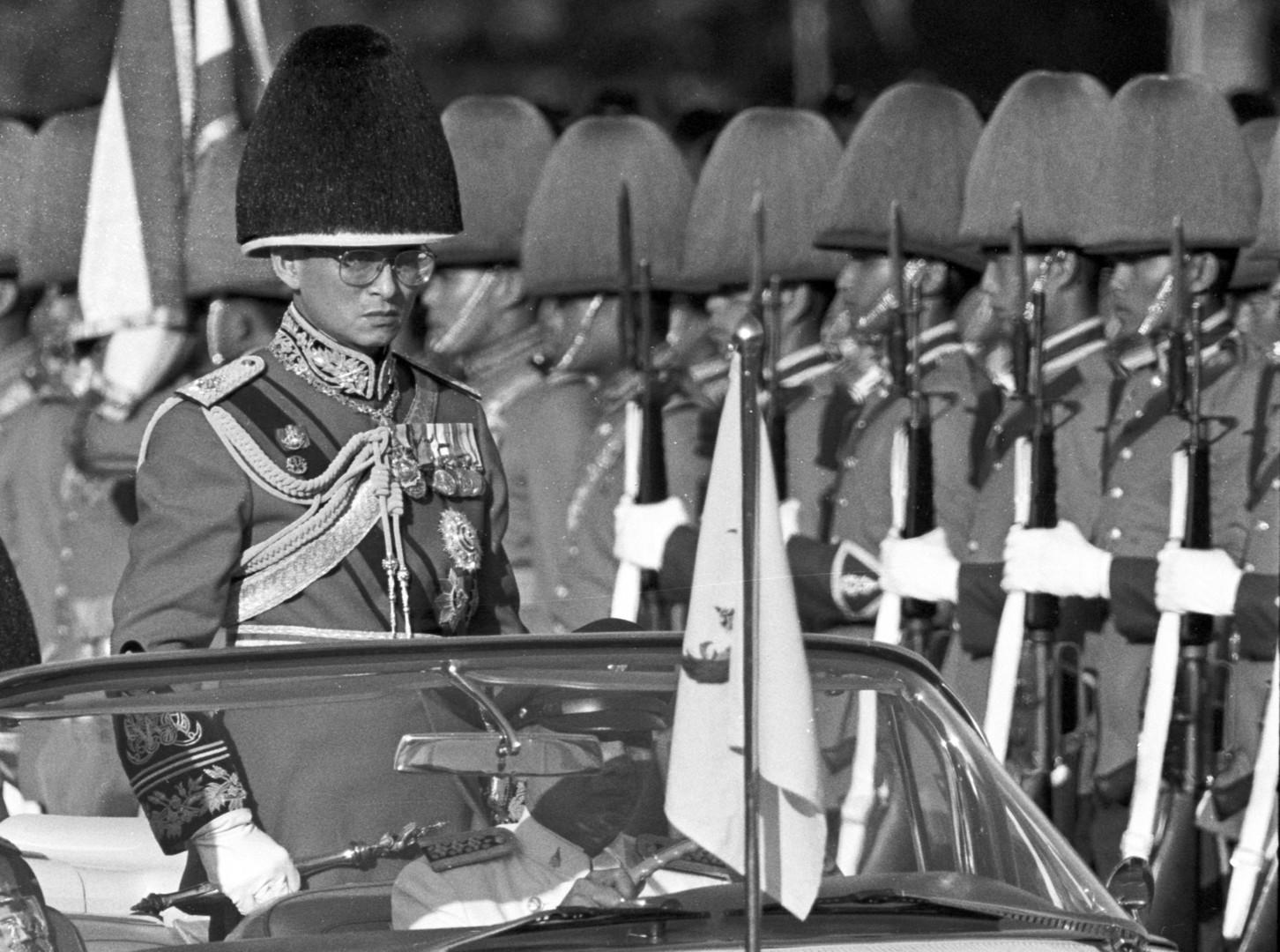 Король Пхумипон Адульядет осматривает королевскую гвардию на ежегодном построении в Бангкоке в декабре 1987.