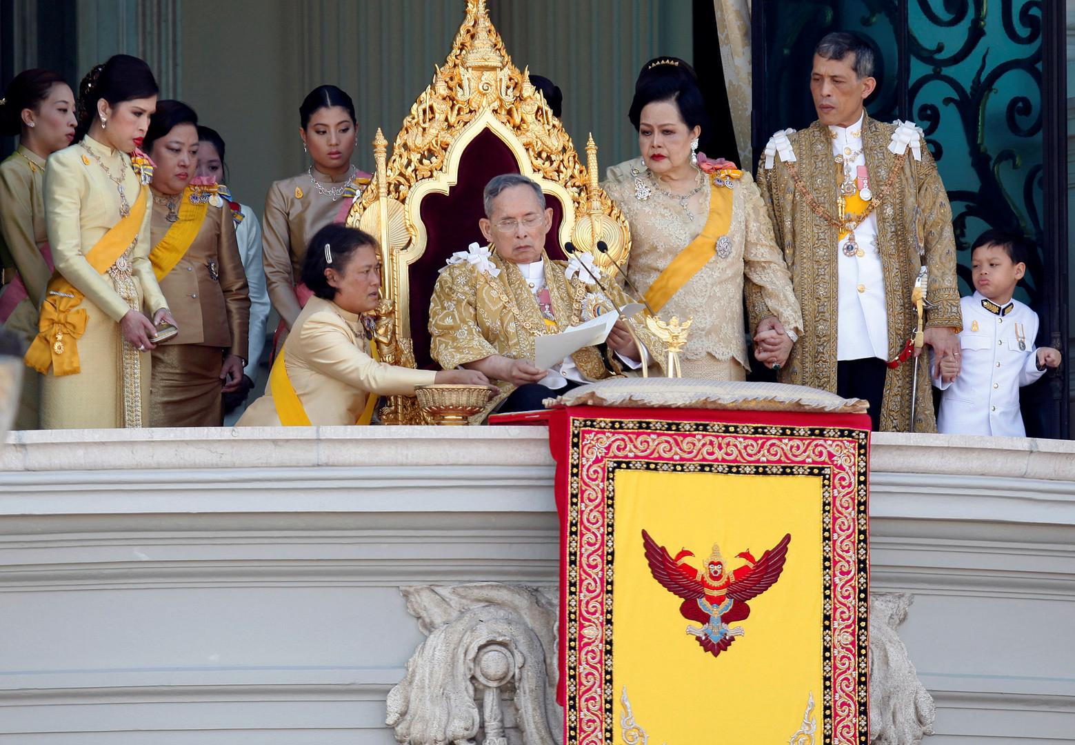 Принцесса Маха Чакри Сириндхорн помогает королю Таиланда Пхумипону Адульядету.