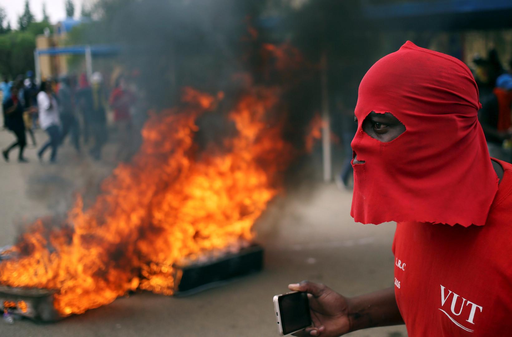 Протестующий в городе Фандербейлпарк, ЮАР. Студенты вышли на улицы с требованием ввести бесплатное образование.