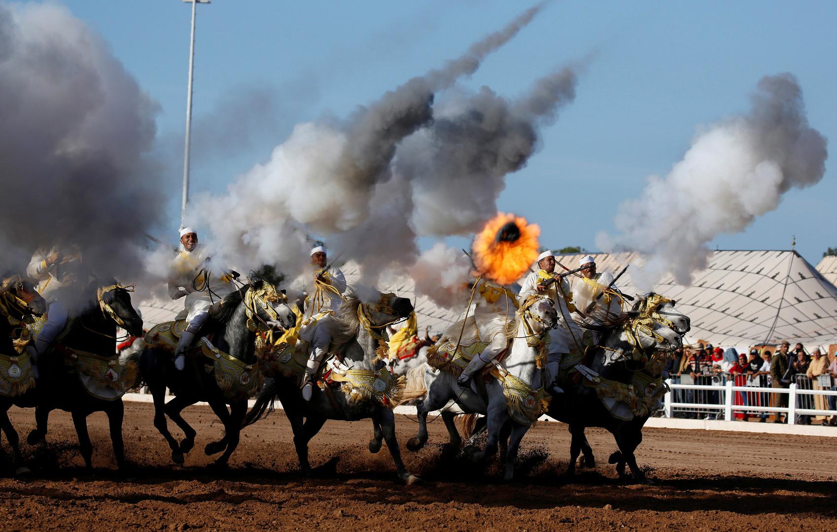 Наездники с оружием во время международного конноспортивного праздника на юге Касабланки в Марокко.