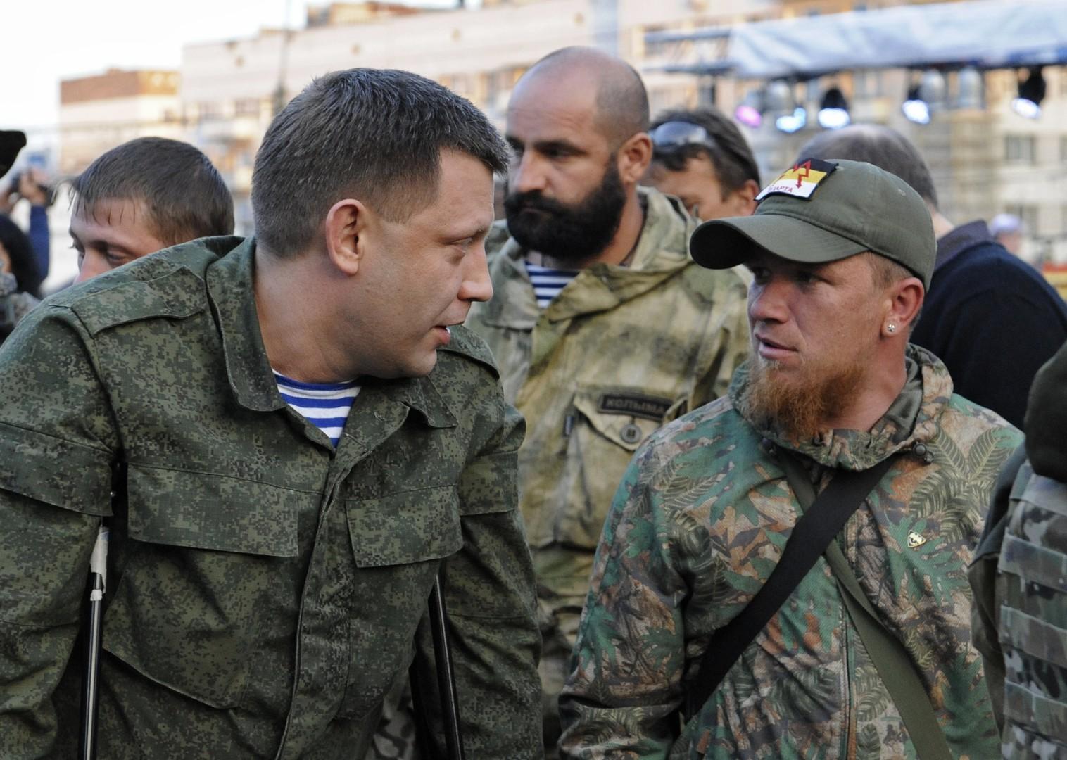 Глава ДНР Александр Захарченко (слева)  с Арсеном Павловым, погибшим 16 октября ополченцем, известным под позывным Моторола (справа).