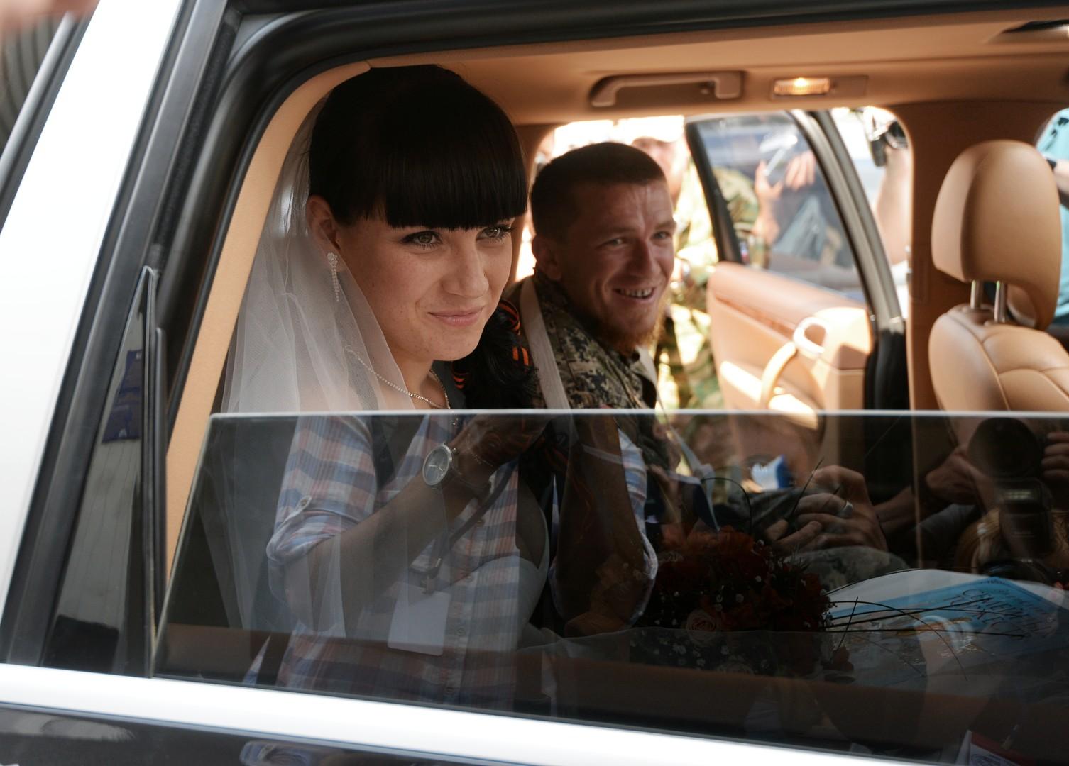 Арсен Павлов, также известный как Моторола, и его супруга Елена после бракосочетания в ЗАГСе Донецка.