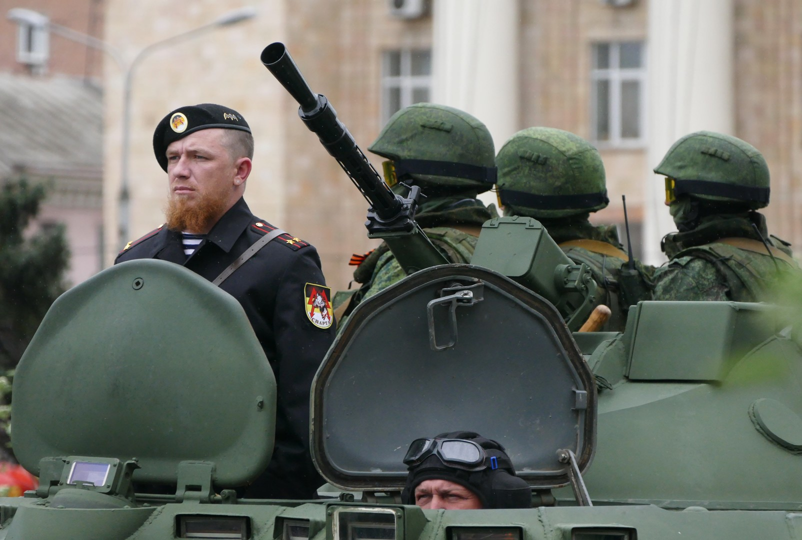 Моторола (слева) во время репетиции военного парада в Донецке.
