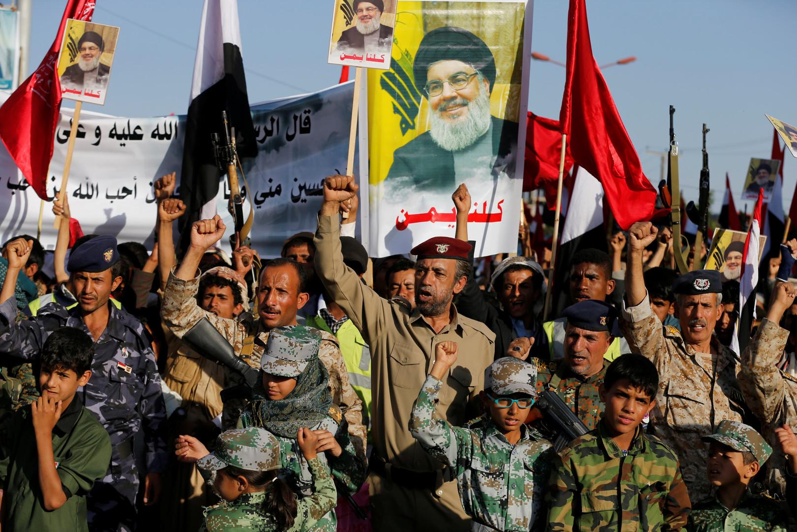 Шиитские повстанцы Хути держат плакаты с изображением ливанского лидера Хезболлы Сайед Хасан Насралла, Йемен