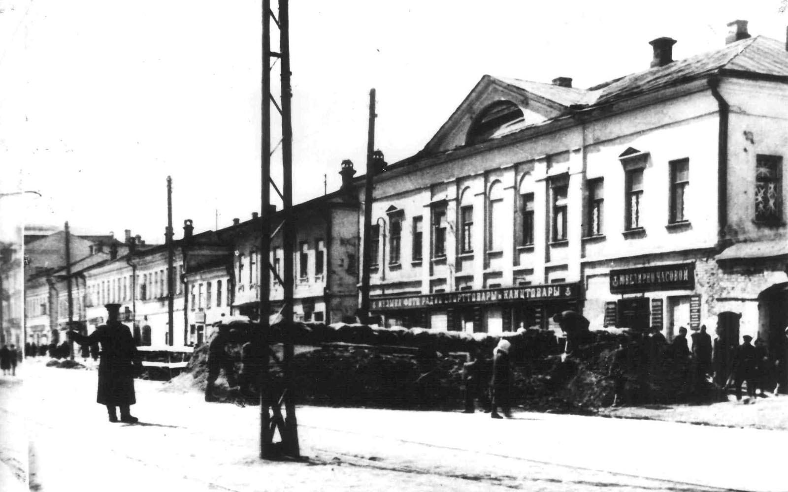 Баррикады на улице Коммунаров (в настоящее время проспект Ленина) в Туле