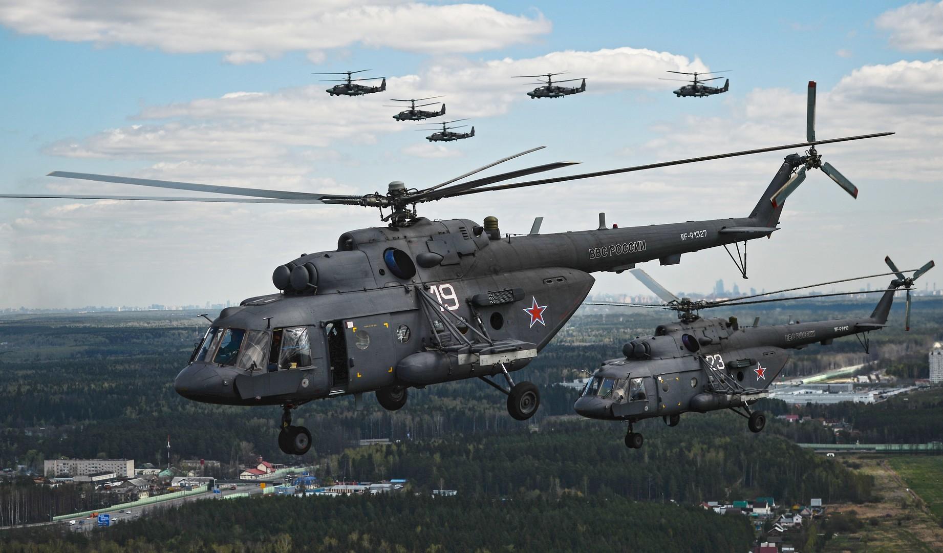 Вертолёты Ми-8 и Ка-52 во время репетиции воздушной части военного парада в Москве