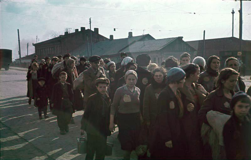 Колонна узников минского гетто на улице. 1941 год