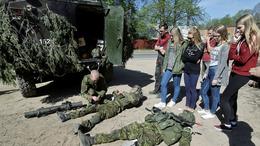 Студенты и школьники наблюдают за эстонскими военнослужащими, участвующими в учениях Spring Storm