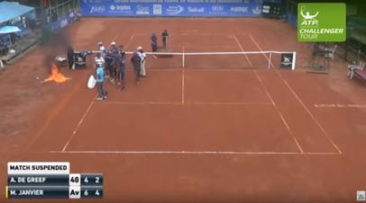 Бешеная сушка: рабочие подожгли теннисный корт