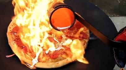 К пицце сделали соус из расплавленной меди
