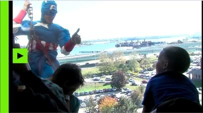 Капитан Америка и Бэтмен помыли окна в детском госпитале