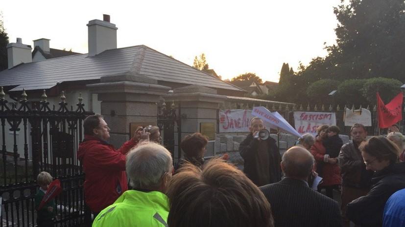 По инструкции Джонсона: кто стоит за акцией протеста перед посольством России в Дублине