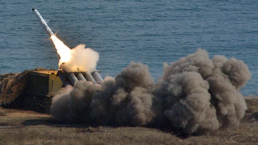 Береговой ракетный комплекс «Бал» выполняет стрельбу по кораблям условного противника во время учений.