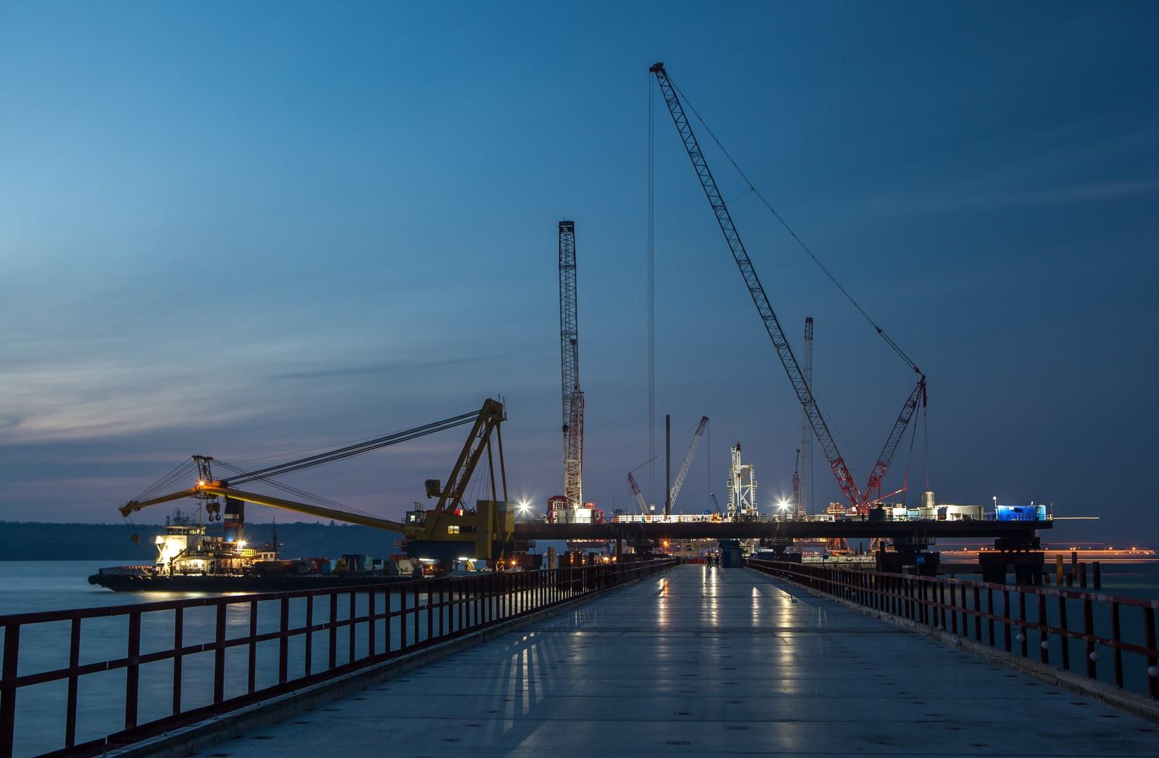 НаКрымском мосту приступили кустановке плит автомобильной дороги