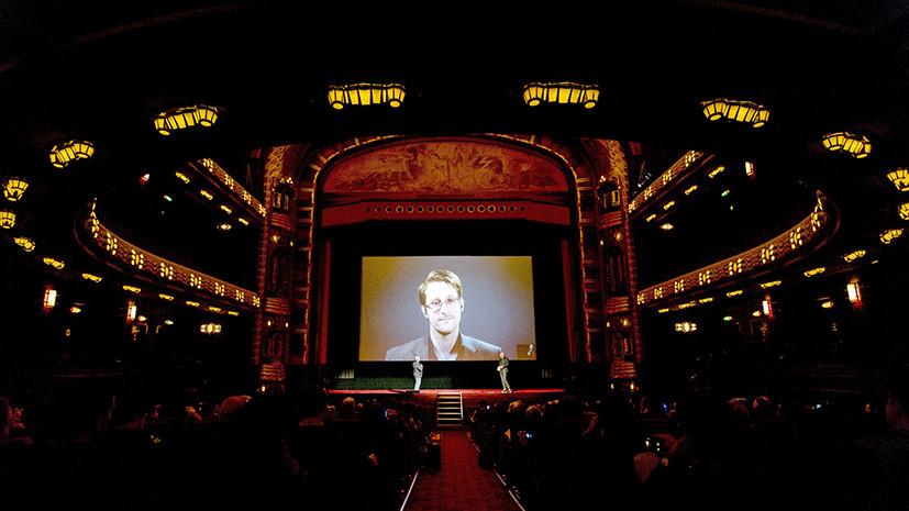 Эдвард Сноуден общается с публикой во время прямой видеотрансляции из России перед премьерой фильма «Сноуден» в Амстердаме. 10 ноября 2016