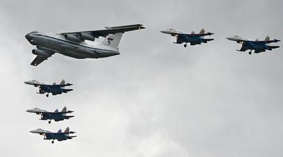Ил-76МД в сопровождении истребителей