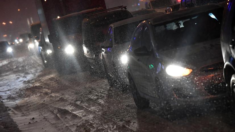 В плену у непогоды: обильный снегопад сковал столичный регион
