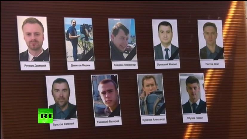 Москвичи несут цветы к «Останкино» в память о погибших в авиакатастрофе журналистах