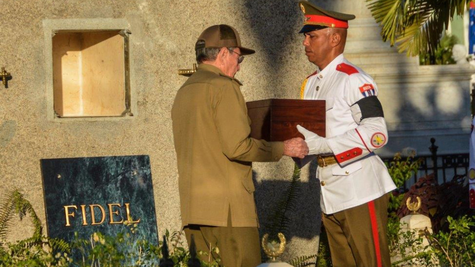 Кубинцы на похоронах Кастро рассказали корреспонденту RT о своём отношении к команданте