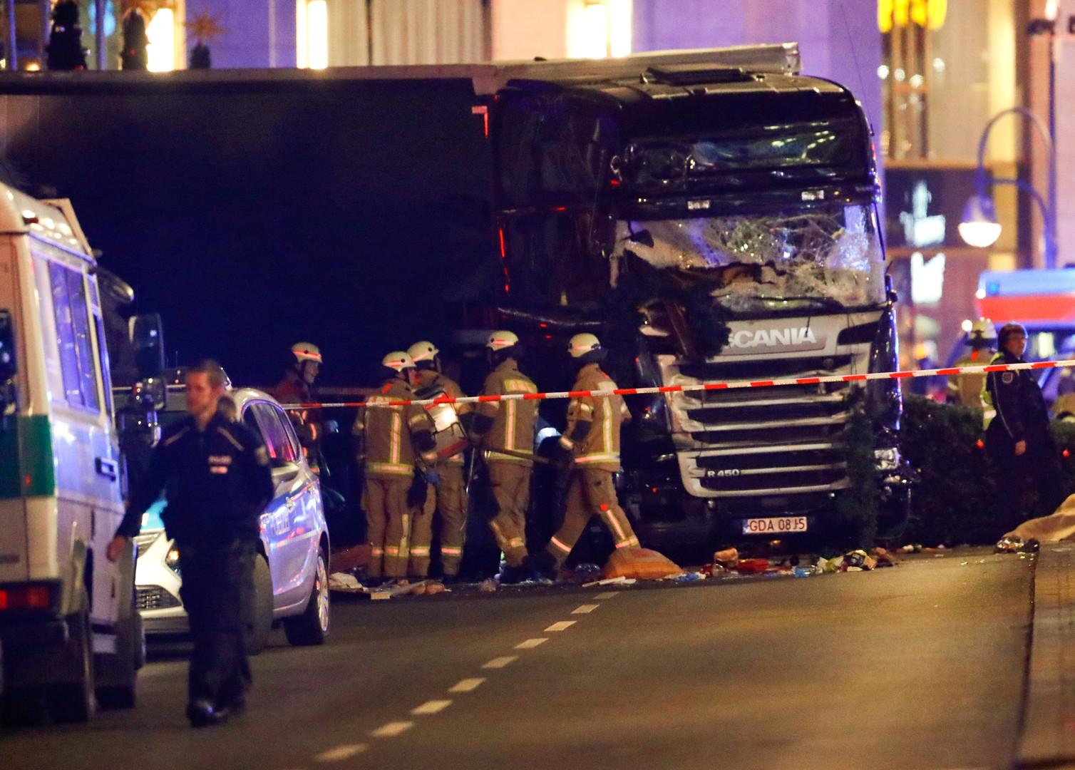 Теракт в центре города: грузовик протаранил рождественскую ярмарку в Берлине