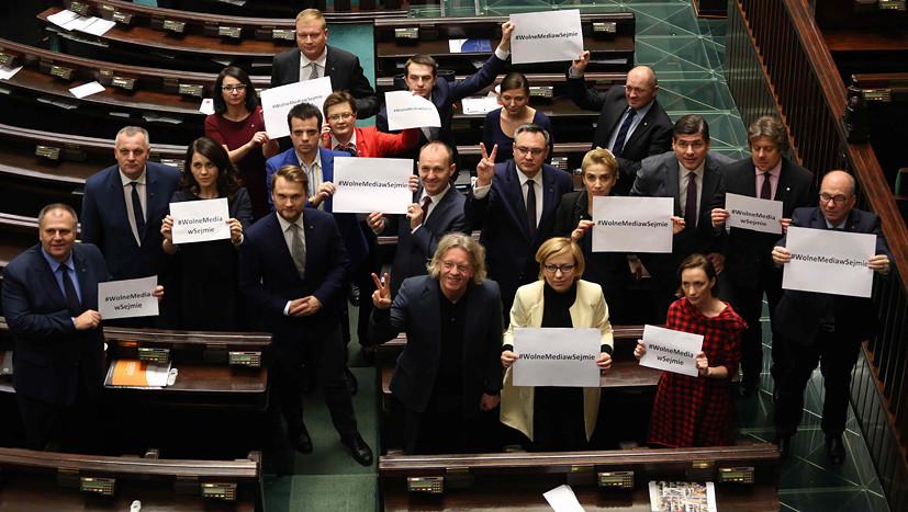 Новый год на рабочем месте: польские депутаты будут бастовать до 11 января