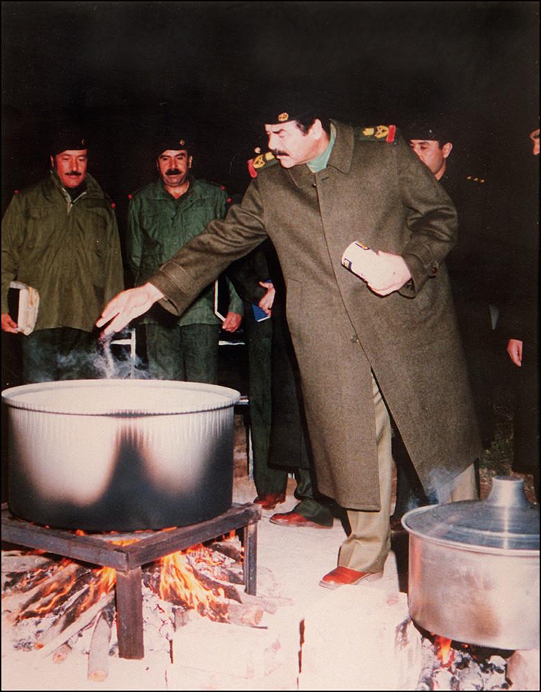 Садам Хусейн в расположении иракских войск в Кувейте, 1991 год