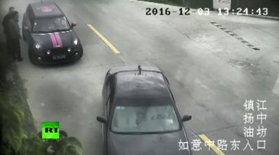 Не та педаль: водитель в Китае перепутал газ с тормозом и упал в реку