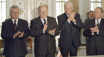 Президент Украины Леонид Кравчук, председатель Верховного Совета Белоруссии Станислав Шушкевич и Президент России Борис Ельцин после подписания Соглашения о создании СНГ в Беловежской пуще.