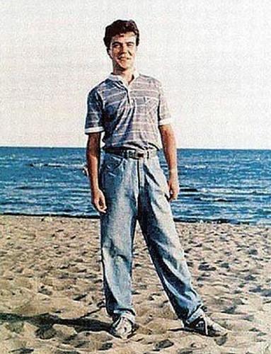 Премьер-министр России Дмитрий Медведев закончил юридическое отделение ЛГУ им. Жданова в 1987 году, аспирантуру – три года спустя. Будучи студентом, интересовался фотосъёмкой, рок-музыкой, занимался тяжёлой атлетикой, выиграл университетские состязания