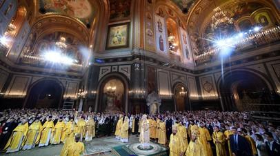 Патриарх Московский и всея Руси Кирилл (в центре) на Рождественском богослужении в храме Христа Спасителя в Москве.