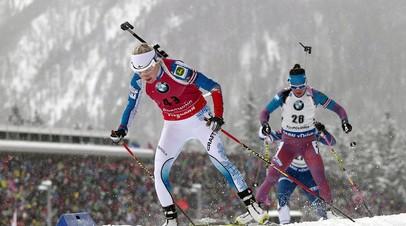 Российская биатлонистка Татьяна Акимова (на заднем плане) и финка Кайса Мякяряйнен