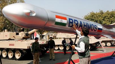 Гражданский служащий министерства обороны Индии наносит последние мазки на ракету «Брамос».