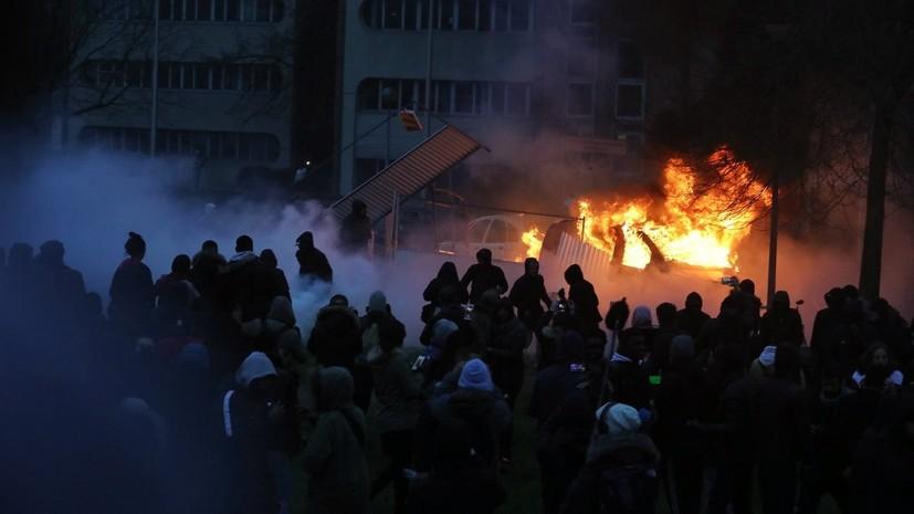 Долой произвол: в Париже активисты жгут машины, протестуя против полицейского насилия