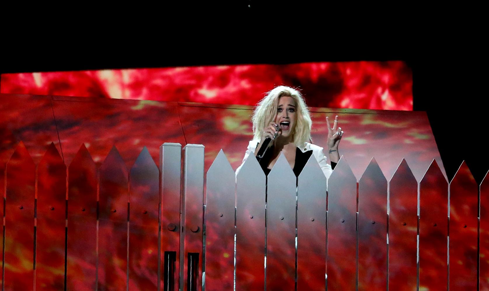 Кэти Перри выступала на сцене с повязкой на руке, на которой был написан призыв к протестам против администрации Трампа.