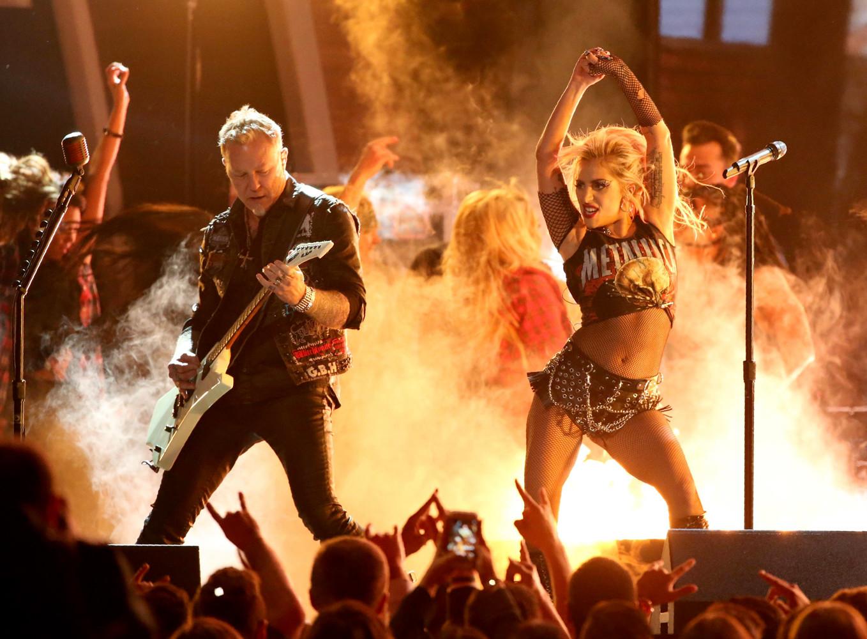 Леди Гага совместно с группой  «Металлика» исполнила композицию Moth Into Flame