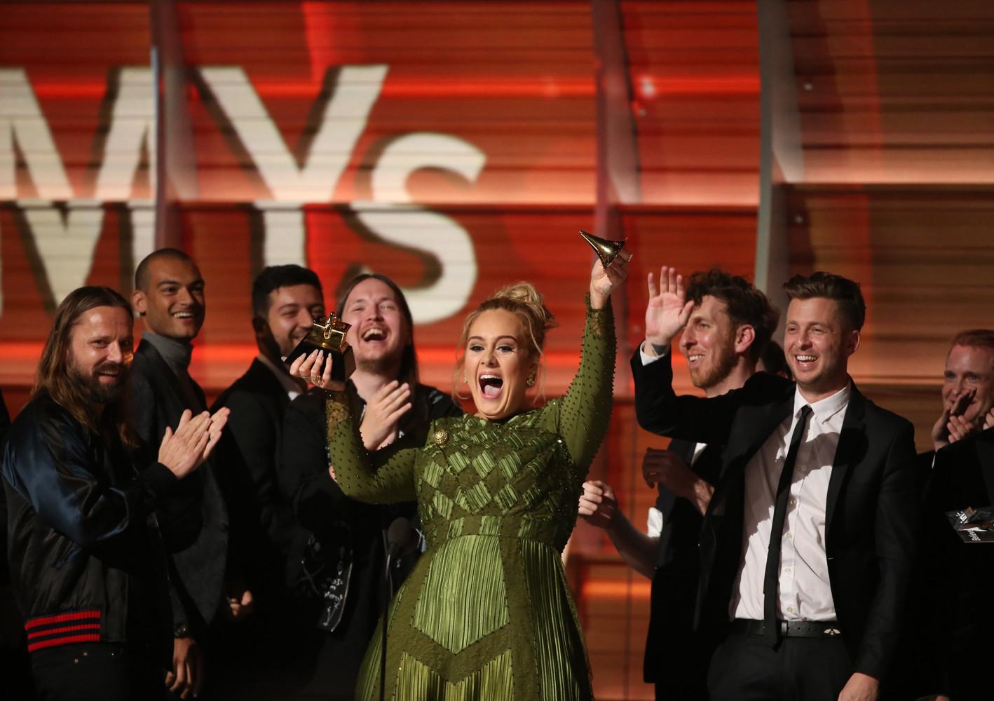 Адель отказалась принять награду в номинации «Альбом года» и вручила её Бейонсе, сказав, что та больше этого заслуживает.