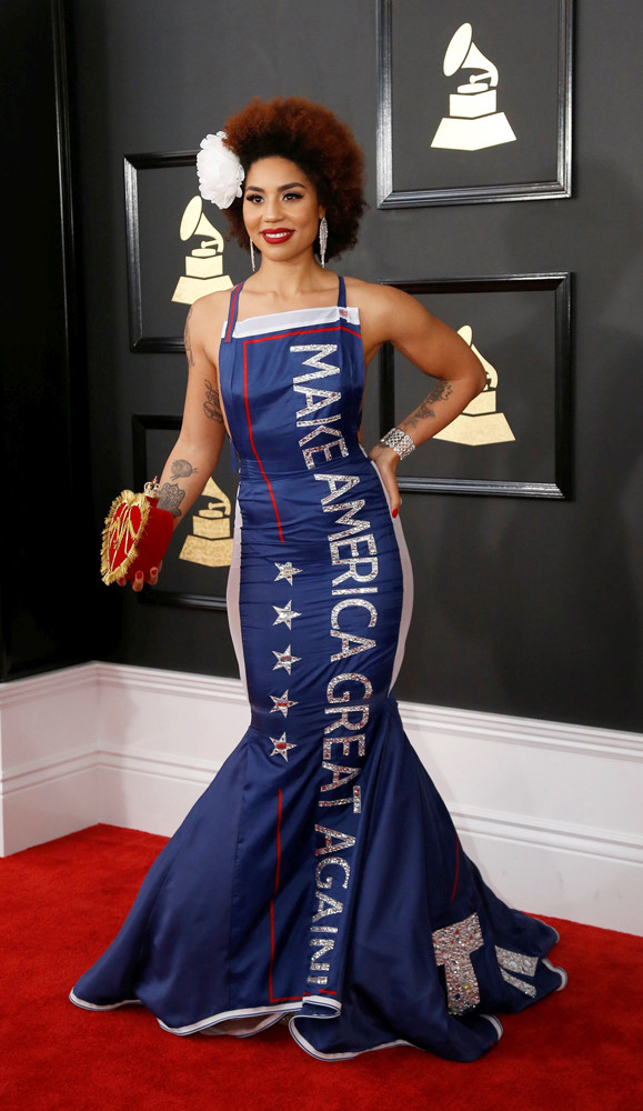 Певица Джой Вилла удивила всех своим нарядом, на её платье крупными буквами был написан предвыборный слоган Трампа «Сделаем Америку опять великой»
