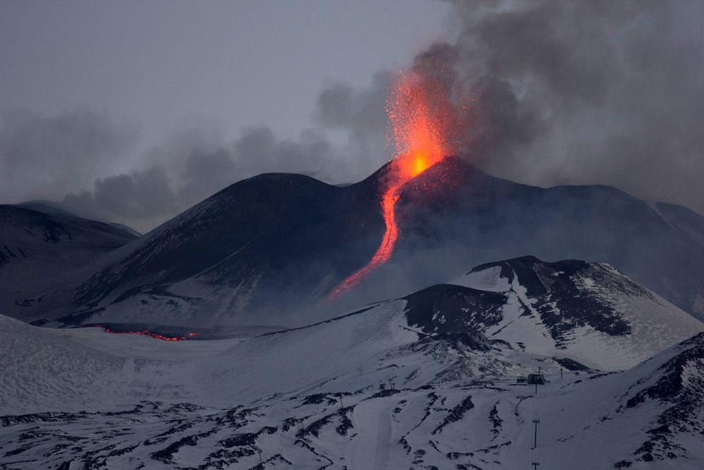 Высота Этны — 3330 метров над уровнем моря, но она регулярно меняется из-за постоянных извержений.