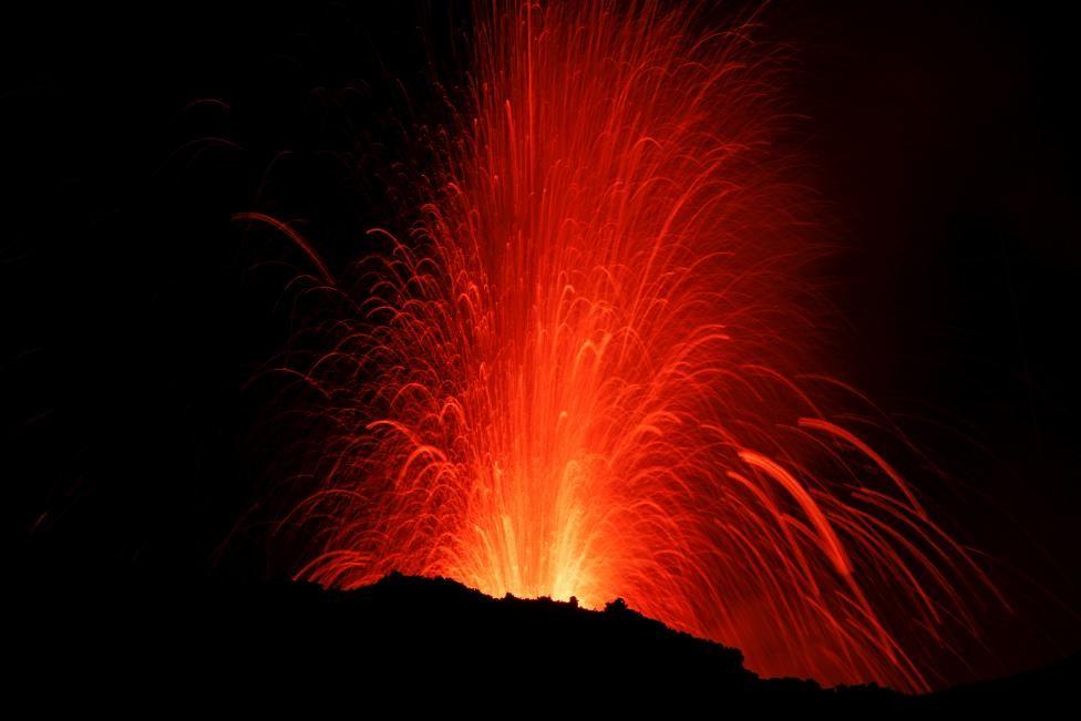 Раз в 150 лет крупное извержение разрушает какое-нибудь поселение, но итальянцы густо населяют склоны вулкана из-за плодородной почвы.