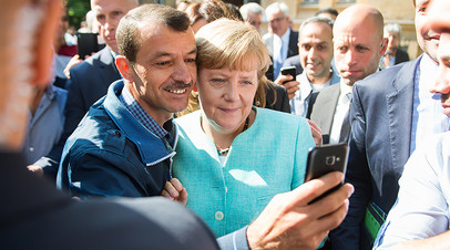 Ангела Меркель во время своего визита в филиал Федерального ведомства по вопросам миграции и беженцев, Берлин