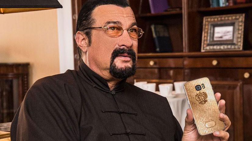 Сигалу подарили именной телефон с золотым гербом России