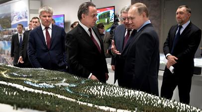 Владимир Путин во время осмотра макетов спортивных объектов,  строящихся к проведению зимней Универсиады в 2019 году в Красноярске.