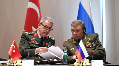 Председатель Генштаба турецкой армии Хулуси Акар и глава Генштаба ВС РФ Валерий Герасимов на переговорах в Анталье