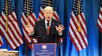 Актёр Алек Болдуин в образе президента США Дональда Трампа. В декабре 2016 года Алек Болдуин получил награду кинокритиков США за пародию на Трампа.