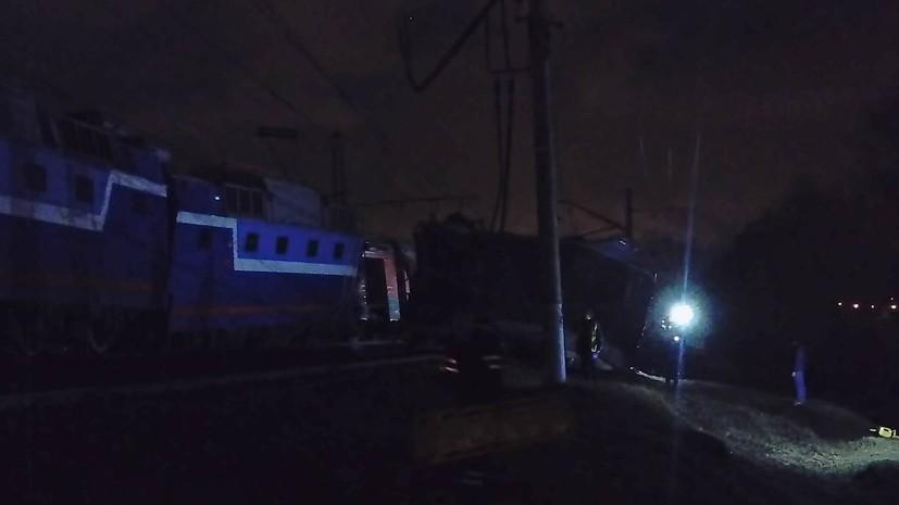 МЧС: на западе Москвы столкнулись поезд и электричка