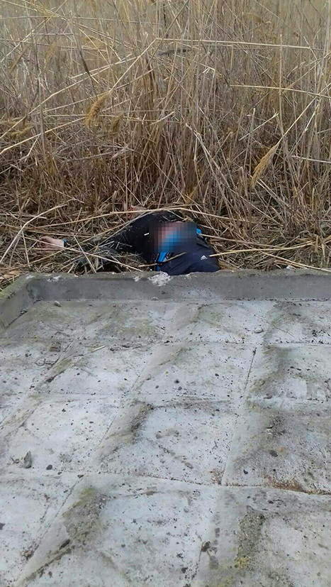 По сообщению источника в правоохранительных органах, бетонная плита в районе перестрелки, по всей видимости, была наклонена, потому что во время боя она упала и придавила одного из боевиков