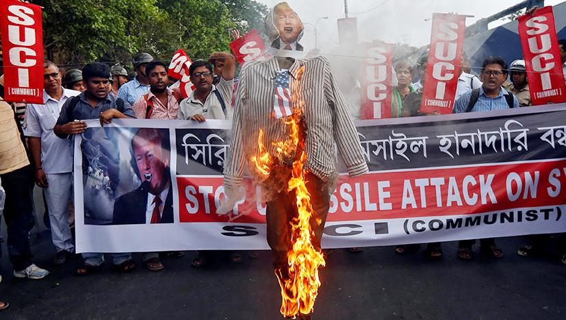 Протестующие в Калькутте сжигают чучело Трампа