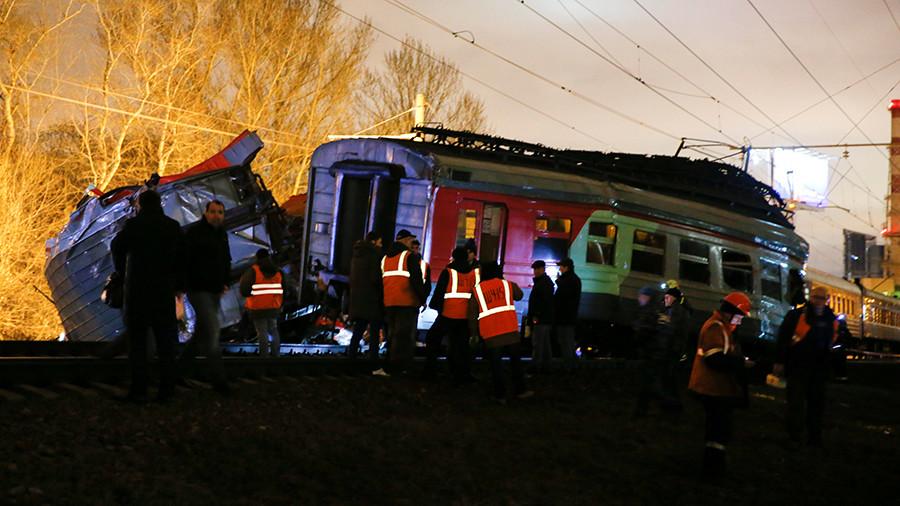 Железнодорожное ДТП: в Москве столкнулись поезд и электричка, пострадали 16 человек