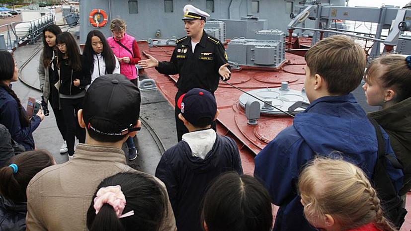 Корейским школьникам провели экскурсию по зашедшему в Пусан крейсеру «Варяг»