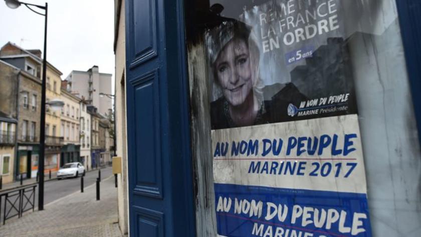 Предвыборная горячка: леворадикалы подожгли штаб Ле Пен в Париже